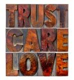 Confiance, soin, amour dans le type en bois Image stock