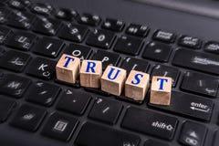 Confiance sur l'ordinateur portable Image stock