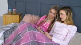 Confianza del ocio de los amigos que comparte pasatiempo secreto de las muchachas almacen de video