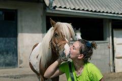 Confianza y amor del potro y de la muchacha del veterinario Imagenes de archivo