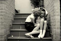 Confidences tussen twee kinderen stock afbeeldingen