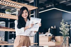Confident businesswoman shows analytic accounting market chart a Stock Images