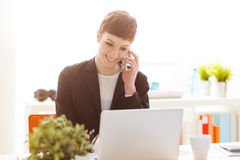 Confident businesswoman using a smart phone Royalty Free Stock Photos