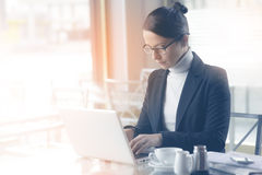 Confident businesswoman working on a laptop Royalty Free Stock Photos