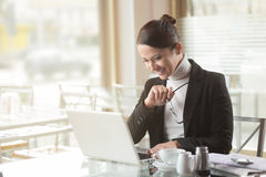 Confident businesswoman working on a laptop Royalty Free Stock Images