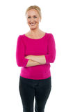 Confident woman standing with arms crossed Royalty Free Stock Photos