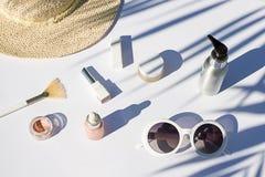 Configuração branca do plano dos cosméticos do verão Composição da beleza da vista superior Imagens de Stock