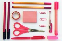 Configuração cor-de-rosa do plano dos artigos de papelaria foto de stock royalty free
