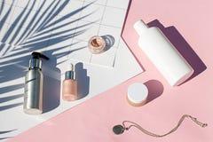 Configuração cor-de-rosa do plano dos cosméticos do verão Composição da beleza da vista superior Fotografia de Stock