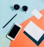 Configuração criativa do plano da mesa do espaço de trabalho Foto de Stock