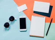 Configuração criativa do plano da mesa do espaço de trabalho com smartphone Fotografia de Stock Royalty Free