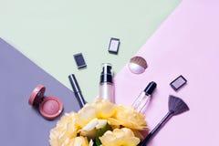 Configuração criativa do plano de vernizes para as unhas brilhantes da forma e do cosmético decorativo em um fundo colorido com r fotos de stock