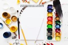 Configuração criativa do plano do local de trabalho do artista, modelo Foto de Stock