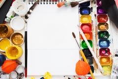 Configuração criativa do plano do local de trabalho do artista, modelo Fotos de Stock