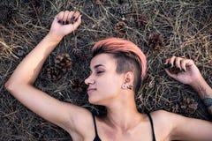Configuração da menina na maca conífera Menina punk Joying do ajuste bonito novo na parte superior preta com cabelo cor-de-rosa n fotografia de stock royalty free