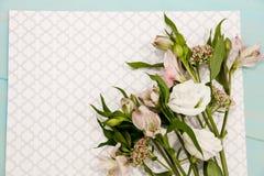 Configuração das flores na tabela pronta para fazer um ramalhete, o conceito da flor que arranja, preparando-se para o dia ou o c Imagem de Stock