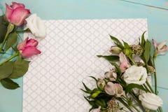 Configuração das flores na tabela pronta para fazer um ramalhete, o conceito da flor que arranja, preparando-se para o dia ou o c Imagens de Stock
