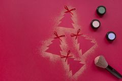 A configuração do plano da composição das sombras do Natal, árvore de Natal dá forma no fundo vermelho Fotos de Stock Royalty Free