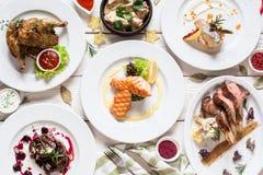 Configuração do plano da variedade das refeições dos peixes e de carne imagens de stock