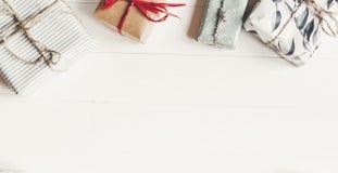 Configuração do plano do Natal caixas atuais envolvidas no backgr de madeira branco Fotografia de Stock