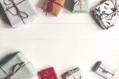 Configuração do plano do Natal caixas atuais envolvidas no backgr de madeira branco Foto de Stock