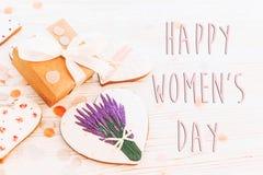 Configuração feliz do plano do sinal do texto do dia do ` s das mulheres 8 de março os corações cor-de-rosa fluem Imagem de Stock