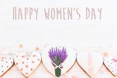 Configuração feliz do plano do sinal do texto do dia do ` s das mulheres 8 de março os corações cor-de-rosa fluem Foto de Stock Royalty Free