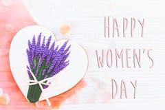 Configuração feliz do plano do sinal do texto do dia do ` s das mulheres 8 de março os corações cor-de-rosa fluem Imagens de Stock
