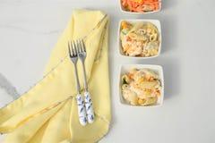 Configuração lisa com alimento da salada de massa fresca em umas bacias em uma linha Fotos de Stock