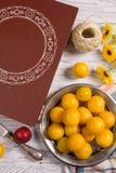 Configuração lisa com ameixas amarelas Imagens de Stock Royalty Free
