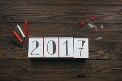 configuração lisa com arranjo do calendário 2018, dos lápis, dos pinos e dos grampos na obscuridade ilustração do vetor