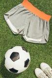 configuração lisa com bola de futebol, sportswear e sapatilhas imagem de stock