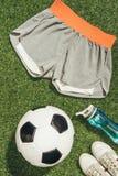 configuração lisa com bola de futebol, sportswear, garrafa de água e sapatilhas fotos de stock