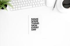 A configuração lisa com faz algo novas cada citações inspiradores do dia no diário Imagens de Stock