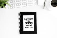 A configuração lisa com faz o que você ama o que você faz citações inspiradores no diário Fotografia de Stock Royalty Free