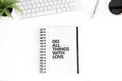 A configuração lisa com faz todas as coisas com citações inspiradores do amor no diário, no rato do computador e no teclado Imagem de Stock