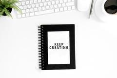 A configuração lisa com mantém-se crearing citações inspiradores no diário, no rato do computador e no teclado Imagens de Stock