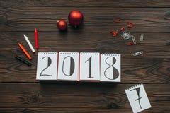 configuração lisa com o calendário 2018, os lápis e os brinquedos do Natal ilustração do vetor