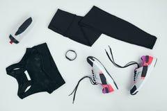 Configuração lisa com o sportswear com sapatilhas, perseguidor da aptidão e garrafa dos esportes imagens de stock royalty free