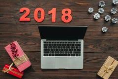 configuração lisa com portátil, os presentes envolvidos e os 2018 números ilustração stock