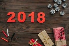 configuração lisa com presentes do Natal, cones do pinho e sinal de 2018 anos na obscuridade ilustração do vetor