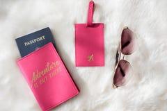 Configuração lisa da aventura do curso com passaporte, etiqueta da bagagem e sunglas foto de stock