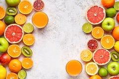 Configuração lisa da mistura da vitamina do vegetariano do quadro das citrinas no fundo branco, alimento biológico saudável do ve Imagens de Stock Royalty Free