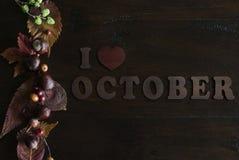 Configuração lisa da queda rústica bonita com folhas, bagas, castanhas e letras eu amo outubro no fundo de madeira imagens de stock