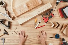 Configuração lisa de ferramentas do carpinteiro s no fundo de madeira imagens de stock royalty free