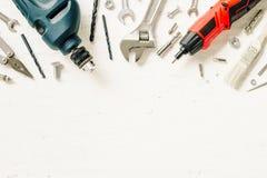 Configuração lisa de ferramentas de trabalho da construção na madeira do branco do grunge adj Imagem de Stock Royalty Free
