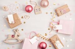 A configuração lisa de morden presentes minimalistas e decoração do Natal dentro fotografia de stock