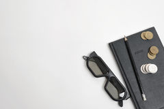 A configuração lisa do caderno, da pena, de vidros e do rublo pretos inventa na superfície de madeira com espaço da cópia Fotografia de Stock