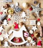 Configuração lisa do Natal com decoração, fundo rústico, cavalo de balanço foto de stock