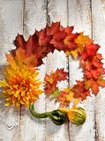 Configuração lisa do outono com folhas coloridas imagens de stock